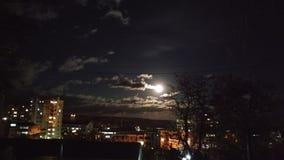 Zadziwiający blask księżyca przy miastem fotografia stock
