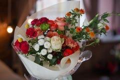 Zadziwiający bukiet różni colourful kwiaty stoi blisko okno zdjęcia royalty free