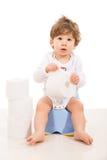 Zadziwiający chłopiec obsiadanie na potty Zdjęcia Royalty Free