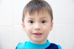 Zadziwiający chłopiec twarzy dziecka zdziwiony portret Obraz Royalty Free