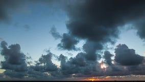 Zadziwiający chmurny wschodu słońca czasu upływ zbiory