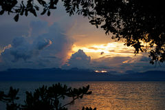 Zadziwiający ciemny colorfull zmierzch przy spokojnym tropikalnym morzem z filipińską nurek łodzią Fotografia Royalty Free