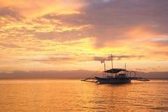 Zadziwiający colorfull zmierzch przy morzem z filipińską łodzią Zdjęcie Royalty Free