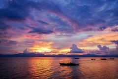 Zadziwiający colorfull zmierzch przy morzem z filipińską łodzią Zdjęcia Royalty Free