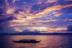 Zadziwiający colorfull zmierzch przy morzem z filipińską łodzią Obrazy Royalty Free