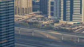 Zadziwiający dachu widok na Sheikh Zayed drodze otaczał Dubaj Marina i JLT drapacze chmur zbiory