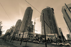 Zadziwiający dramatyczny, monochromatyczny widok Toronto puszka miasteczka teren z nowożytnymi eleganckimi budynkami, chodzi w tl Zdjęcie Royalty Free