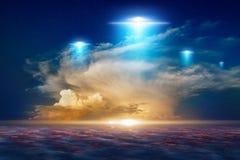 Zadziwiający fantastyczny tło - ufo z błękitnymi światłami reflektorów obraz stock