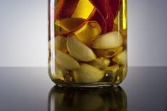 Zadziwiający fragrant korzenny domowej roboty natchnący czosnku chili oliwa z oliwek Obrazy Stock