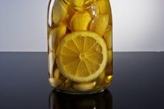 Zadziwiający fragrant tangy domowej roboty natchnący czosnek cytryny oliwa z oliwek Obrazy Royalty Free