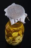 Zadziwiający fragrant tangy domowej roboty natchnący czosnku oliwa z oliwek Fotografia Stock