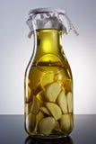 Zadziwiający fragrant tangy domowej roboty natchnący czosnku oliwa z oliwek Obrazy Royalty Free