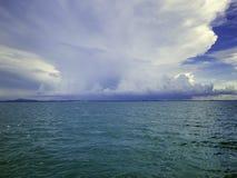Zadziwiający Idylliczny ocean i Chmurny niebo w urlopowym czasie obrazy royalty free
