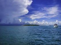 Zadziwiający Idylliczny ocean i Chmurny niebo z fishmer łodzią fotografia royalty free