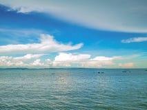 Zadziwiający Idylliczny ocean i Chmurny niebo z niekończący się horyzontem obraz stock