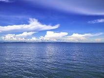 Zadziwiający Idylliczny ocean i Chmurny niebo z niekończący się horyzontem w vac zdjęcie royalty free