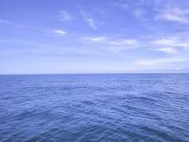 Zadziwiający Idylliczny ocean i niebieskie niebo z niekończący się horyzontem w urlopowym czasie obrazy stock