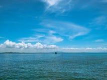 Zadziwiający Idylliczny ocean i Piękny niebieskie niebo w urlopowym czasie obrazy royalty free