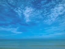 Zadziwiający Idylliczny ocean i Piękny niebo z niekończący się horyzontem wewnątrz zdjęcie stock