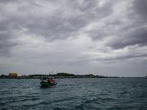 Zadziwiający idylliczny ocean i piękny niebo z wyspa widokiem zdjęcie stock
