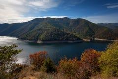 Zadziwiający jesień krajobraz meander Vacha Antonivanovtsy rezerwuar, Rhodopes góra, Bułgaria obraz stock