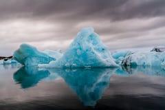 Zadziwiający Jokulsarlon glacjalny jeziorny pełnego unosić się i i topić Fotografia Stock