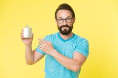 Zadziwiający korzyści używać pachnidła Mężczyzny chwyta butelki brodaty przystojny pachnidło Jak według wybiera pachnidło dla męż obraz royalty free
