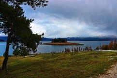 Zadziwiający krajobraz Batak tamy jezioro, Bułgaria zdjęcie stock