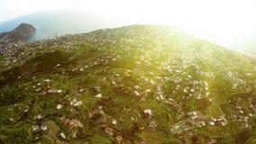 Zadziwiający krajobraz na powulkanicznej wyspie z wiele domami na zielonych wzgórzach, magiczna godzina fotografia royalty free