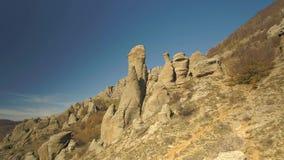 Zadziwiający krajobraz rockowa formacja strzał Piękny krajobraz halne skały zdjęcie wideo