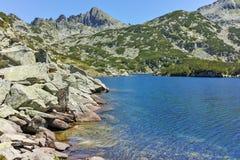 Zadziwiający krajobraz z Dużym Valyavishko jeziorem i Dzhangal osiągamy szczyt, Pirin góra Zdjęcie Royalty Free