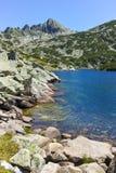 Zadziwiający krajobraz z Dużym Valyavishko jeziorem i Dzhangal osiągamy szczyt, Pirin góra Zdjęcia Stock