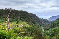 Zadziwiający krajobraz z małą wioską Arco De Sao Jorge na północnej stronie madera od Cabanas punktu widzenia, Portugalia Zdjęcia Royalty Free