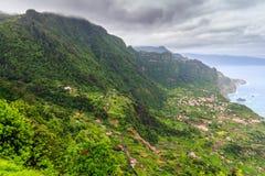 Zadziwiający krajobraz z małą wioską Arco De Sao Jorge na północnej stronie madera od Cabanas punktu widzenia, Portugalia Zdjęcia Stock