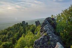 Zadziwiający krajobraz z pasmem górskim i pięknym niebieskim niebem przy zmierzchem, Rosja, Ural, Europa, Azja granica - Zdjęcie Stock
