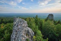Zadziwiający krajobraz z pasmem górskim i pięknym niebieskim niebem przy zmierzchem, Rosja, Ural, Europa, Azja granica - Fotografia Royalty Free