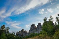 Zadziwiający krajobraz z pasmem górskim i pięknym niebieskim niebem, smoka kręgosłup, Rosja, Ural, Europa, Azja granica - Zdjęcie Stock