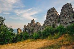Zadziwiający krajobraz z pasmem górskim i pięknym niebieskim niebem, smoka kręgosłup, Rosja, Ural, Europa, Azja granica - Fotografia Royalty Free