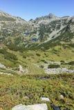Zadziwiający krajobraz z Prevalski jeziorami i Dzhangal osiągamy szczyt, Pirin góra Fotografia Stock