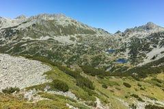 Zadziwiający krajobraz z Prevalski jeziorami i Dzhangal osiągamy szczyt, Pirin góra Zdjęcie Stock
