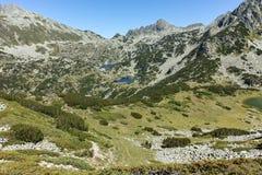 Zadziwiający krajobraz z Prevalski jeziorami i Dzhangal osiągamy szczyt, Pirin góra Zdjęcia Stock
