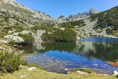 Zadziwiający krajobraz z Valyavishko jeziorem i Dzhangal osiągamy szczyt, Pirin góra Zdjęcie Stock