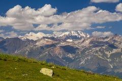 Zadziwiający krajobraz z wysokimi górami pod niebieskim niebem Zdjęcia Royalty Free