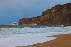 Zadziwiaj?cy krajobrazowy widok burzowy Atlantycki ocean blisko s?awnego turystycznego miasta Nazare Du?e fal przerwy o malownicz zdjęcia stock