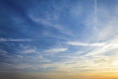 Zadziwiający lata niebo z chmurami kształtuje niebieskie niebo i zgłębia Fotografia Stock