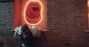 Zadziwiający lekki miejsce z pięknymi wewnętrznymi dancingowymi atrakcyjnymi mężczyzna zdjęcie wideo