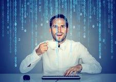 Zadziwiający mężczyzna inżyniera oprogramowania cyfrowanie używać komputer i trzymający filiżankę kawy fotografia royalty free