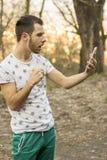 Zadziwiający mężczyzna patrzeje pastylkę Zdjęcie Royalty Free