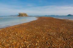 Zadziwiający natury skały sposób na plaży obraz stock