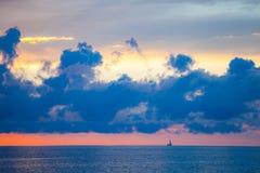 Zadziwiający niebo i woda przy zmierzchem nad morzem bałtyckim, Tallinn, Estonia Zdjęcia Stock